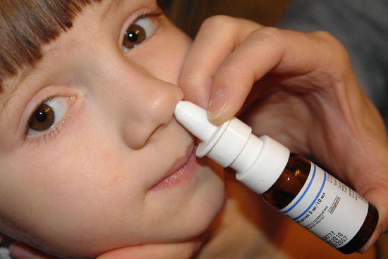 Зазвичай у дитини зняти сильний набряк носа, в тому числі алергічний, допомагають судинозвужувальні краплі