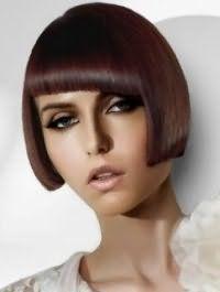 Стрижка боб з косою густим чубчиком на прямому волоссі каштанового відтінку відмінно гармонує з макіяжем для зелених очей, підкреслених чорною підводкою, і помадою світло-бежевого кольору
