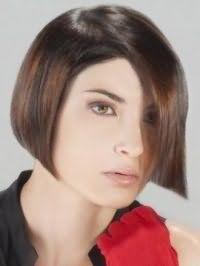 Макіяж очей в світлих коричневих тонах поєднується з природним макіяжем губ і гармонує з волоссям каштанового кольору на стрижці боб з боковим проділом