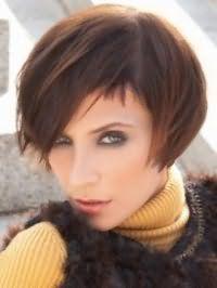 Каштанові тонке волосся на стрижці боб з рваними кінцями і бічним проділом доповнять макіяж для зелених очей в сірих і чорних тонах, рум`яна і помаду рожевого відтінку