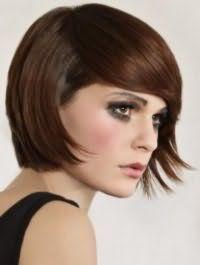 Каштанове волосся чудово виглядають на стрижці боб з рваними кінцями і подовженою чубчиком, що стане хорошим доповненням образу, що складається з макіяжу в сірих і чорних тонах і помади натурального відтінку