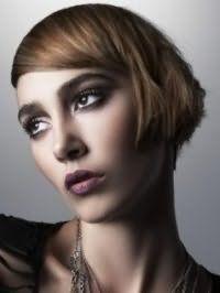 Волосся середньо-русявого відтінку на стрижці боб доповнять вечірній макіяж темних очей в стилі смокі айс з помадою бордового відтінку і будуть відповідним рішенням для теплого кольоротипу зовнішності