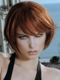 Стрижка боб з чубчиком для власниць рудого волосся чудово гармоніює з очима блакитного кольору, виділених чорною підводкою, світло-коричневими рум`янами і блиском для губ бежевого тону