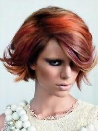 Стрижка боб з боковим проділом для волосся каштанового відтінку з колорованого пасмами бордового і помаранчевого тони стане відмінним доповненням насиченого макіяжу очей в чорних відтінках, рум`ян коричневого кольору і бежевій помади