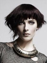 Темно-каштановий колір волосся відмінно виглядає на стрижці боб з видовженими пасмами і чубчиком і гармонує з вечірнім макіяжем для сіро-зелених очей і світлого типу шкіри
