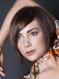Креативний образ на кожен день у вигляді стильного поєднання стрижки боб з боковим проділом на волоссі русявого кольору, з косою чубчиком і макіяжу в коричневих і теракотових відтінках