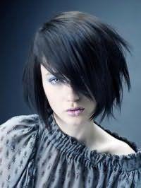 Стрижка боб з рваними кінцями подовженою чубчиком на один бік на чорному волоссі гармонійно доповнить образ в поєднанні з макіяжем зелених очей, виділених блакитними тінями і помадою бордового відтінку