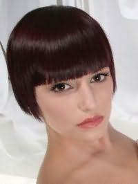 Пряме волосся темно-каштанового кольору на стрижці боб з чубчиком чудово доповнюються природним макіяжем карих очей, рожевим блиском для губ для теплого кольоротипу зовнішності