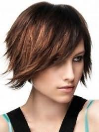 Креативний образ на кожен день у вигляді гармонійного поєднання стрижки боб з рваними кінцями на волоссі каштанового відтінку і денного макіяжу в світло-коричневих тонах