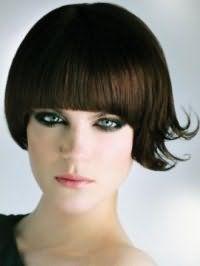 Каштановий колір волосся добре виглядає на стрижці боб з густою прямий чубчиком і гармонує з вечірнім макіяжем в чорних тонах для зелених очей і помадою рожевого кольору