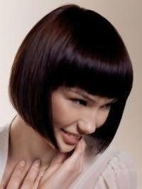 Денний макіяж в природних тонах добре поєднується зі стрижкою боб з густим чубчиком на каштановому волоссі і буде підходити власницям теплого кольоротипу зовнішності