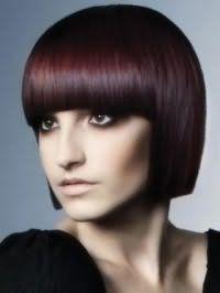 Відтінок волосся червоне дерево перетворюється на стрижці прямий боб з густою прямий чубчиком і поєднується з карими очима, виділеними чорною підводкою, коричневими рум`янами і помадою бежевого кольору