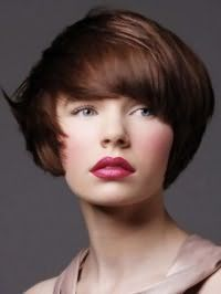 Чудовий образ зі стрижкою боб на каштановому волоссі, покладеної в хаотичні пасма, яка доповнюється природним макіяжем сіро-зелених очей, рожевими рум`янами і помадою червоного відтінку