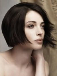 Стрижка боб з рваними кінцями і бічним проділом для брюнеток стане відмінним варіантом для денного макіяжу в природних відтінках власниць світлого типу шкіри