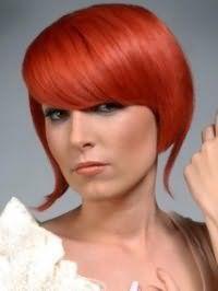 Вогненно-рудий колір волосся відмінно виглядає на стрижці боб з видовженими пасмами і густим чубчиком на бік і гармонує з макіяжем очей в сірих тонах, рум`янами і помадою світлого коричневого відтінку