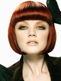 Макіяж в природних відтінках для власниць сіро-зелених очей гармонує зі стрижкою боб на прямому волоссі темно-рудого кольору з чубчиком