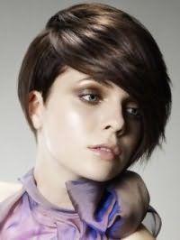 Макіяж в коричневій гамі, що підкреслює сіро-зелені очі, чудово вписується в образ зі стрижкою асиметричний боб з рваними кінцями і подовженою косою чубчиком на волоссі каштанового відтінку