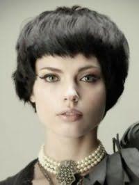 Стрижка боб з густим чубчиком стане ідеальним варіантом для брюнеток з кучерявими волоссям, і доповнить образ в поєднанні з макіяжем очей у вигляді стрілок і помадою натурального кольору