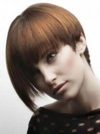 Волосся каштанового кольору з колорованого прядками рудого відтінку добре виглядають на асиметричною стрижці боб з густим чубчиком і доповнюються макіяжем очей у вигляді стрілок, рум`янами і помадою природного тону