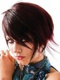 Стрижка боб з рваними асиметричними пасмами на каштановому волоссі створить зухвалий образ в поєднанні з макіяжем очей у вигляді широких стрілок і темно-рожевою помадою