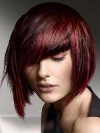 Власницям каштанових волосся з колорованого пасмами бордового відтінку підійде стрижка боб з рваними кінцями і косою чубчиком, що гармоніює з бордовими тінями для очей