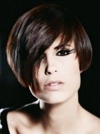 Асиметрична стрижка боб на волоссі каштанового кольору створить стильний образ в поєднанні з макіяжем у вигляді подвійних стрілок для чорних очей і помадою натурального відтінку
