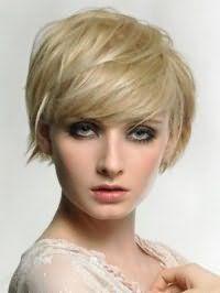 Макіяж очей в стилі смокі айс, що гармонує з помадою рожевого кольору, добре виглядає в поєднанні з короткою стрижкою боб з рваними кінцями, для блондинок з зеленими очима