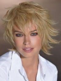 Красива стрижка каскад для блондинок з волоссям середньої довжини