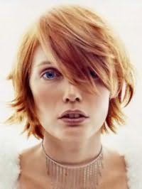 Варіант стрижки каскад для середніх волосся рудого відтінку