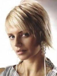 Ультрамодна стрижка каскад для волосся середньої довжини світло-русявого відтінку