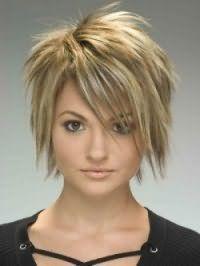 Креативна стрижка, виконана в техніці каскад, стане відмінним вибором для власниць середнього волосся, доповнених косою чубчиком і мелірування в світло-русяве відтінки