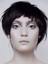 Варіант стрижки каскад для середніх волосся чорного відтінку