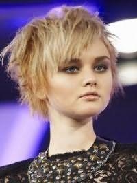 Стрижка каскад для світлих тонкого волосся середньої довжини