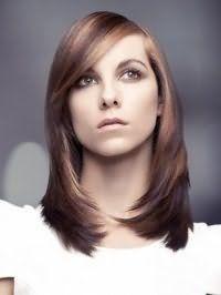 Стрижка каскад для тонких довгих волосся гармонійно виглядає в тандемі з косою подовженою чубчиком і мелірування в кавово-русявого тонах