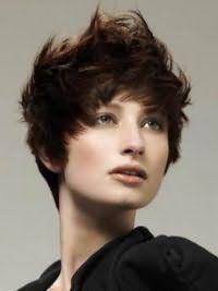 Модна стрижка каскад з укладанням для короткого волосся темно-каштанового кольору