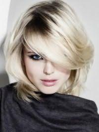 Ефектна стрижка каскад для густих середніх волосся попелястого кольору