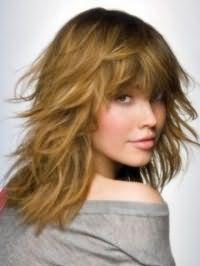Ідея стрижка каскад для довгого волосся світло-русявого відтінку добре буде виглядати з повсякденним хаотичною укладанням і густим чубчиком довжиною нижче лінії брів