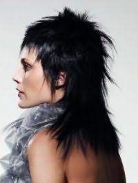 Жіноча стрижка каскад для довгого волосся чудово доповнюється короткою чубчиком, фарбуванням в чорний колір і зухвалої укладанням на кожен день