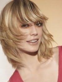 Стрижка каскад з прямою чубчиком для середніх волосся світло-русявого кольору