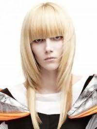 Стрижка каскад, виконана в оригінальній подвійний техніці, гармонійно доповнюється густий прямий чубчиком і фарбуванням волосся в золотистий блонд