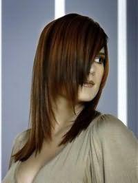 Оригінальна жіноча стрижка каскад для довгого волосся тонкого типу добре виглядає на випрямлених пасмах, забарвлених в мідно-каштановий відтінок