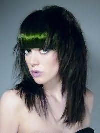 Стильна стрижка каскад для довгого прямого волосся зробить образ запам`ятовується, поєднуючись з колорування чорно-смарагдового тону і прямий густий чубчиком