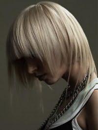 Креативна стрижка каскад з рваною чубчиком для середніх волосся попелястого кольору