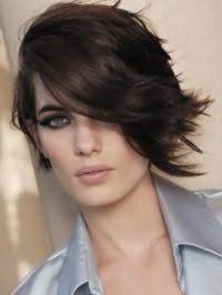 Ефектна стрижка каскад для густого волосся середньої довжини