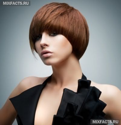 Стрижка шапочка на коротке волосся з чубчиком
