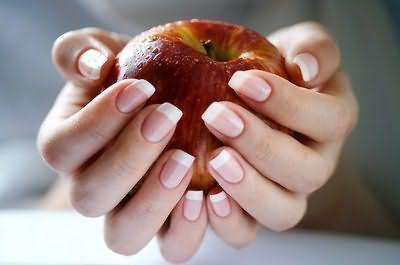 Нігті здатні розповісти не тільки про брак вітамінів, але і про серйозні захворювання, які переховуються всередині організму